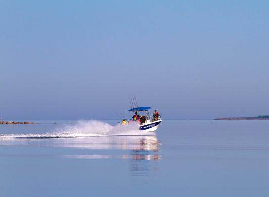 Ta båten och gör en utflykt från Strandby och Käringsund
