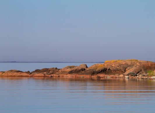 Granitröda klippor vid havet i Käringsund