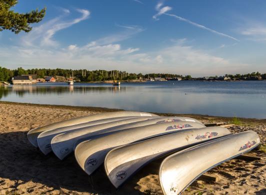 Kajaker på stranden vid Käringsund Resort & Conference