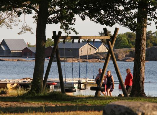 Utsikt över stranden och fiskeläget vid Käringsund