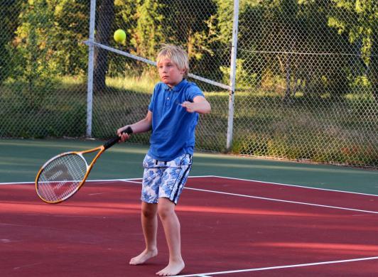 Spela tennis vid Käringsund Resort & Conference